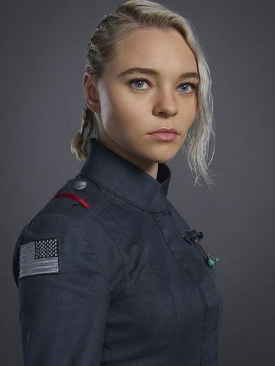 Taylor Hickson as Raelle Collar
